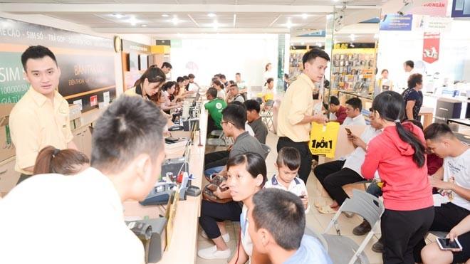 Tai các cửa hàng trên toàn quốc lượng khách hàng đến chọn mua F3 rất đông. Tạo nên không khí như ngày hội mua hàng F3.