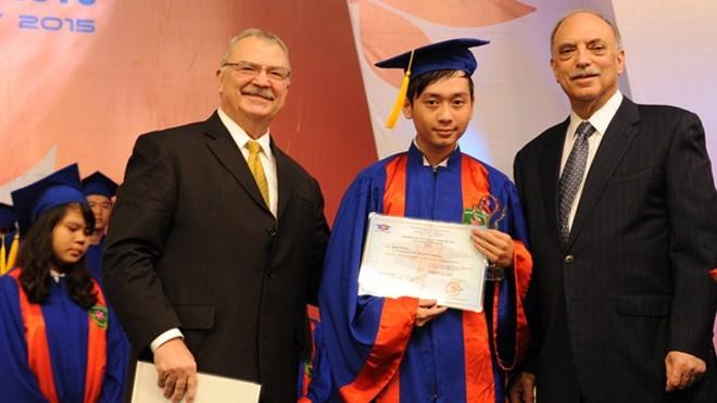 Ngài Michael Michalak (trái) và GS. Eugune Levy (chủ tịch Hội đồng học thuật Đại học Tân Tạo) trao giải thưởng Hoa Trạng Nguyên 2015