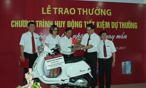 Ông Vương Hồng Lĩnh - Giám đốc Agribank Đắk Lắk trao thưởng  khách hàng trúng Giải Đặc biệt