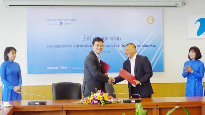 Ông Phạm Anh Tuấn – Phó TGĐ VinaPhone đại diện VNPT và ông Đào Thế Vinh, Tổng Giám đốc Golden Gate tại buổi lễ ký kết hợp đồng