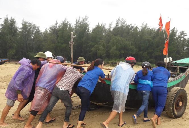 ĐVTN giúp đỡ nhân dân Thạch Lạc, Thạch Hội (Thạch Hà) neo đậu thuyền.