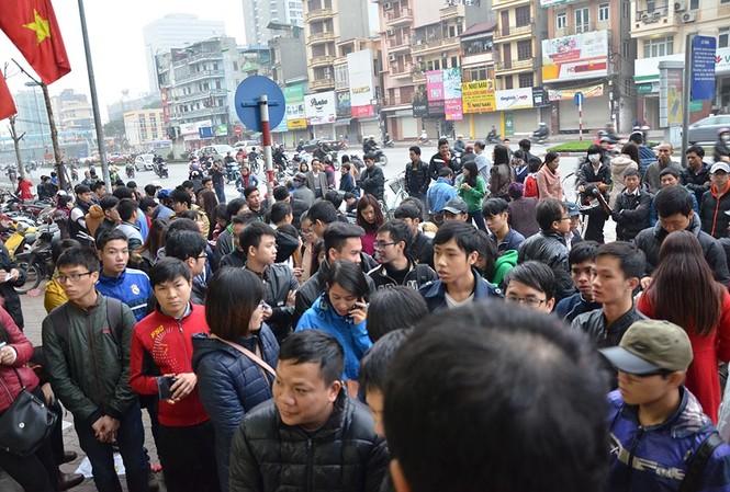 Hàng trăm người xếp hàng kín trước cửa nhà xe trên chờ mua vé xe khách về quê dịp Tết sắp tới.