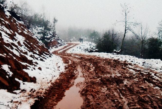 """Dân """"phượt"""" vượt đường lầy lội lên Y Tý ngắm tuyết"""