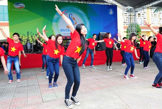 Giới trẻ Huế nhảy Flashmob hưởng ứng hành trình.