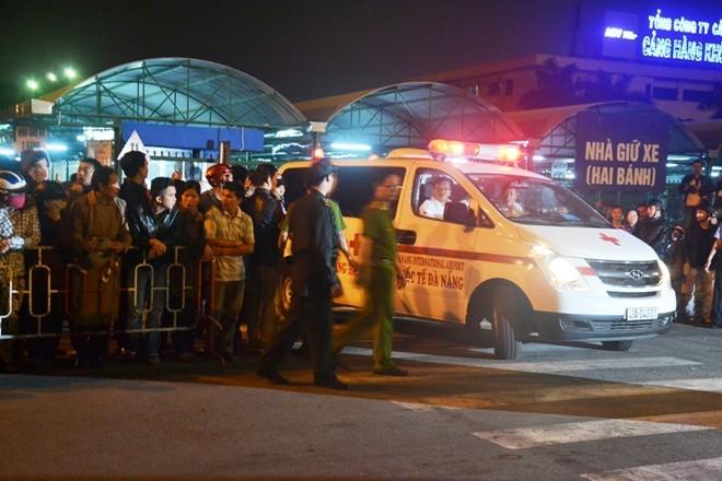 Người dân vây kín cổng số 2 nên xe cứu thương phải chạy qua cổng số 3 để đưa ông Thanh về bệnh viện. Ảnh: Đoàn Nguyên.