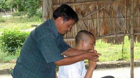 Một thầy lang đang bắt con ma thuốc độc cho… phóng viên.