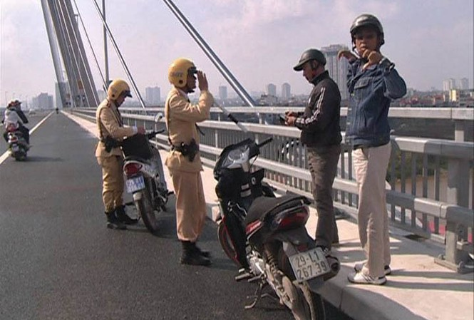 Lực lượng CSGT xử phạt những trường hợp dừng đỗ xe sai quy định.