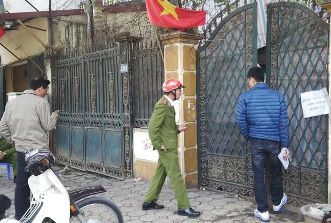 Ngôi nhà số 203 Nguyễn Ngọc Vũ bị che bạt kín. Ảnh: Thanh Hà.