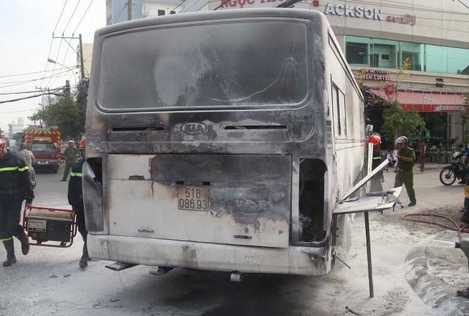 Phần hông và đuôi xe bị cháy đen.