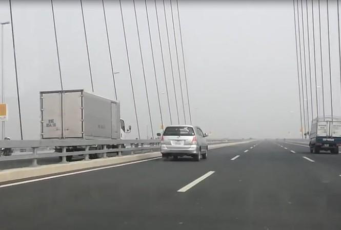 Chiếc xe tải vi phạm luật giao thông đi ngược chiều trên cầu Nhật Tân. Ảnh cắt từ video.