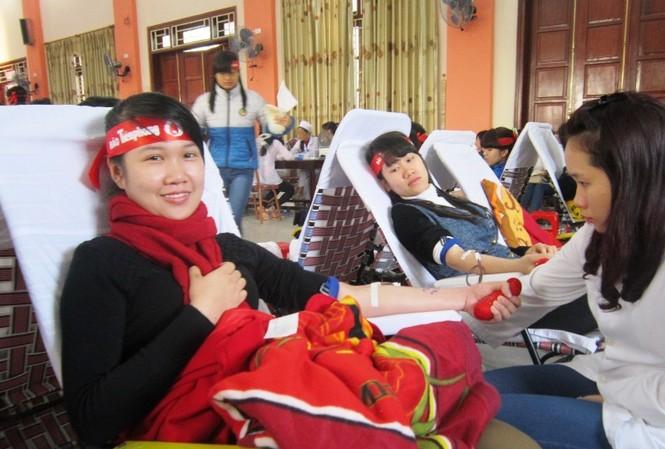 Các sinh viên háo hức được tham gia hiến máu. Ảnh: Phạm Nhài.