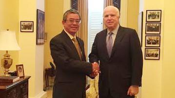 Thượng nghị sĩ Mỹ John McCain, phải, tiếp Đại sứ Việt Nam Phạm Quang Vinh hôm qua. Ảnh: Bộ Ngoại giao Việt Nam