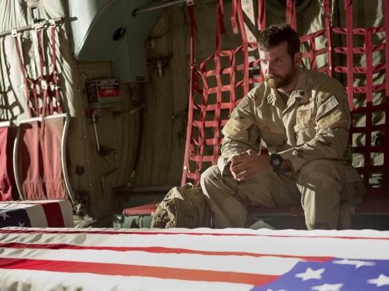 """Bộ phim về cựu xạ thủ Mỹ Chris Kyle - """"American Sniper"""" vẫn đứng vững ở vị trí thứ nhất bảng xếp hạng doanh thu bán vé."""