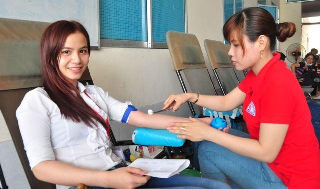 Sinh viên Nguyễn Thị Cẩm Tiên đang hiến máu.