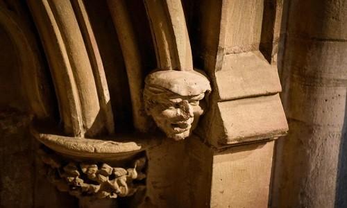 Bức tượng có kiểu đầu chải mượt ở lối vào nhà thờ Southwell Minster. Ảnh: Guzelian.