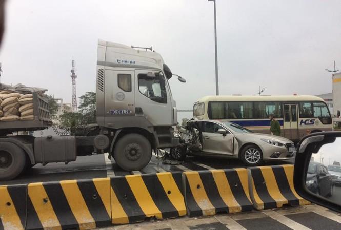 Vụ tai nạn giao thông kể trên xảy ra vào khoảng 6h hôm nay, 20/2, tại khu vực đường Võ Nguyên Giáp, gần nhà ga T1, sân bay Nội Bài (huyện Sóc Sơn, TP Hà Nội).
