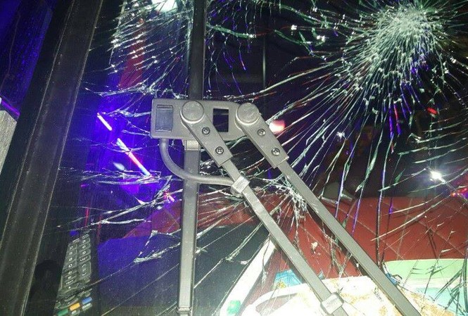 Kính xe bị rạn vỡ. Ảnh: CTV.
