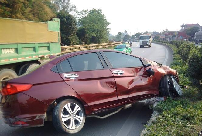 Vụ tai nạn xảy ra vào khoảng 16h hôm nay (10/4) trên quốc lộ 1A đoạn qua địa bàn huyện Hậu Lộc, Thanh Hoá.