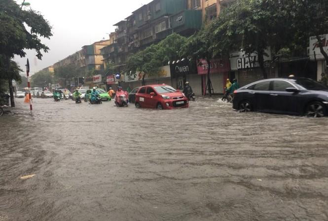 Nhiều tuyến phố Thủ đô ngập sâu trong cơn mưa lớn sáng 17/7. Ảnh: Thanh Hà