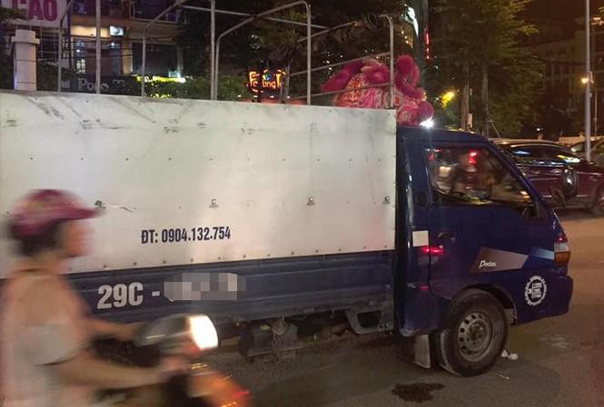 TIN NÓNG Đang lái xe tải chạy trên đường, người đàn ông đột tử ngay trước vô lăng