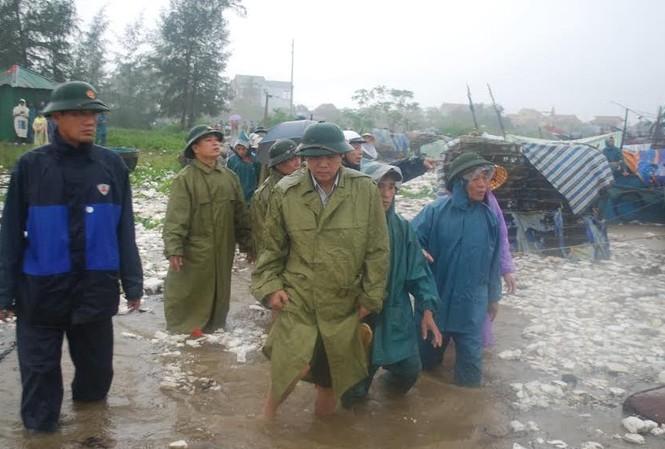 Bí thư Tỉnh ủy Quảng Bình lội lũ cứu dân