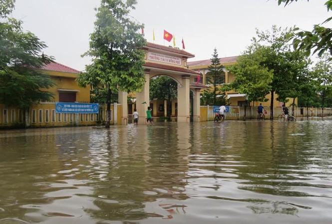 Đến 17h ngày 15/10, một số trường học ở trung tâm thành phố Đồng Hới vẫn còn ngập trong nước.