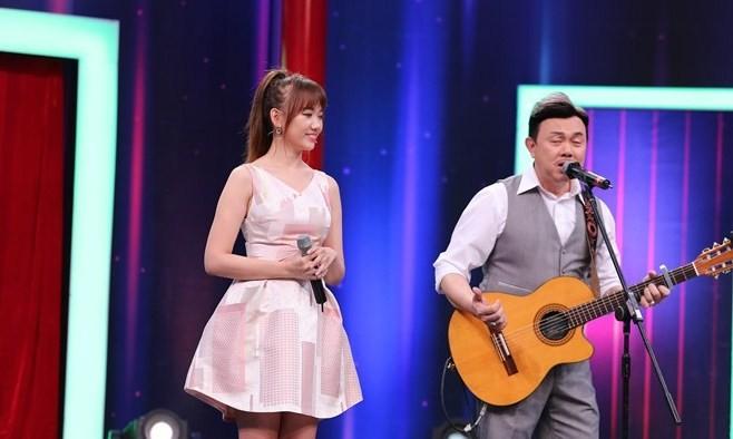 """Hình ảnh Chí Tài và Hari Won khi thể hiện ca khúc """"Anh cứ đi đi"""". Ảnh: Chí Nhân."""