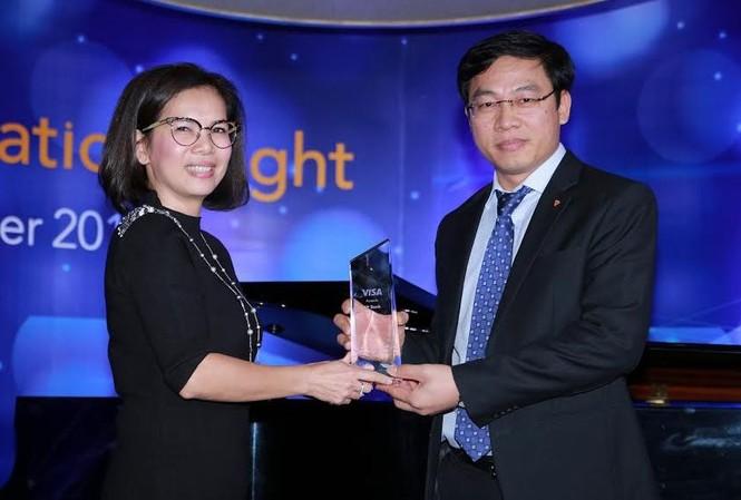 Ông Đinh Văn Chiến Phó Tổng Giám đốc - Giám đốc Khối Ngân hàng cá nhân của TPBank thay mặt Ngân hàng nhận giải thưởng từ Visa.
