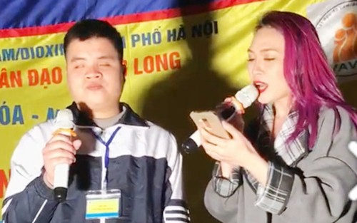 Ca sĩ Mỹ Tâm hát cùng chàng trai khiếm thị. Ảnh: Cắt từ clip