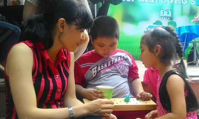 Người lớn có thể vừa dạy tri thức lẫn đạo lý cho trẻ thông qua các môn khoa học, các trò chơi, hiện tượng trong cuộc sống.