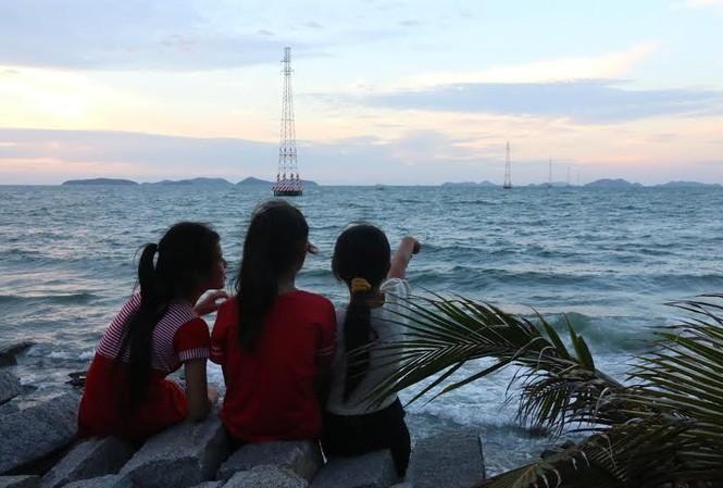 Người dân xã đảo Hòn Nghệ vui mừng khi đón nhận điện lưới quốc gia.