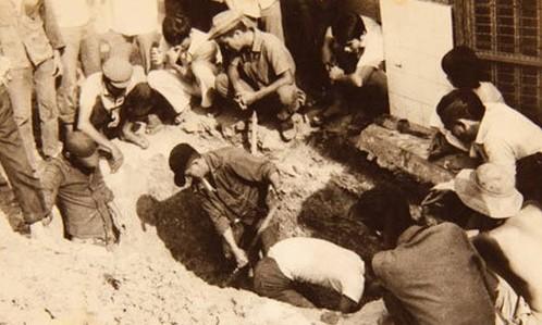 Khai quật ngôi mộ ở cánh đồng mả ngụy xưa, nghi của ông Huỳnh Công Lý. Ảnh: Đỗ Đình Truật.