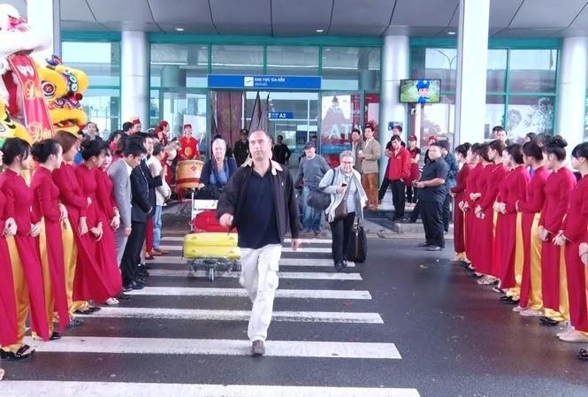 Những du khách đầu tiên đến Huế bằng đường hàng không trong năm mới 2017 được hân hoan chào đón.