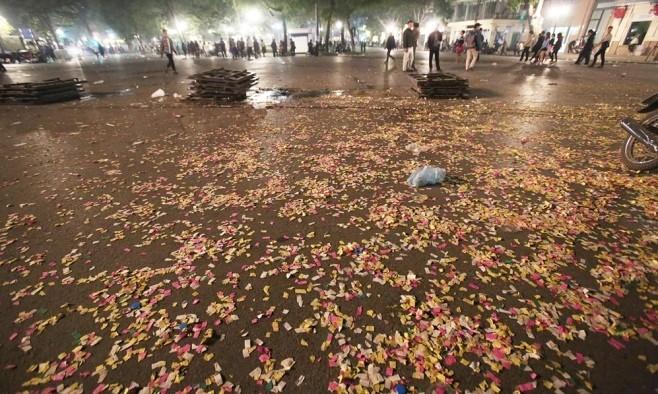 Thời khắc đón năm mới vừa qua, dòng người vội vã ra về bỏ lại những con phố ngập rác. Quảng trường Nhà Hát Lớn phủ xác pháo giấy sắc màu.