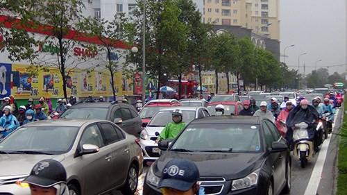 Ô tô, xe máy chật kín đường đường Tố Hữu, nhiều người chôn chân trong cơn mưa sáng nay.