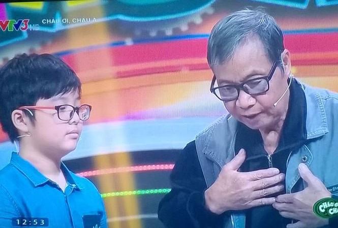 Bé Tít (con trai MC Thảo Vân và diễn viên Công Lý) và ông nội trong chương trình truyền hình thực tế.