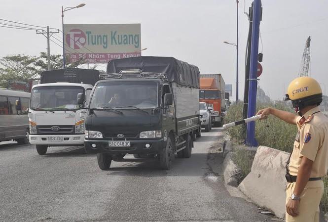 Lực lượng CSGT điều tiết giao thông trên xa lộ Hà Nội. Ảnh Việt Văn.