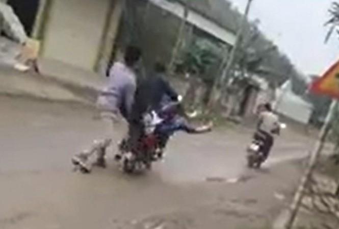 Cô gái bị nhóm thanh niên bắt lên xe máy.