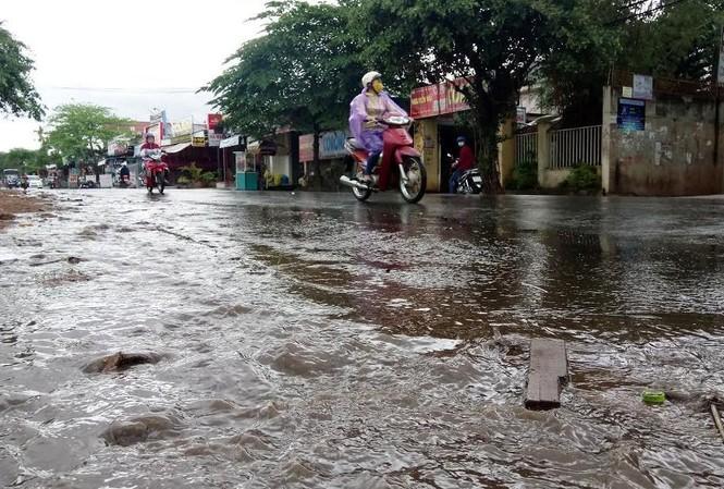 Lượng nước đổ về ngập các đoạn đường.