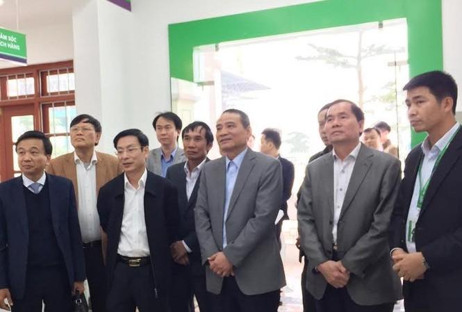 Bộ trưởng GTVT Trương Quang Nghĩa (thứ 3 từ phải qua) kiểm tra điểm dịch vụ thu phí không dừng của VETC.