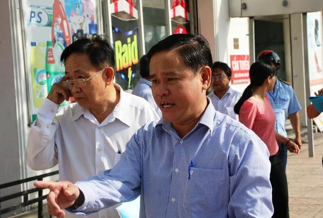 Phó Chủ tịch UBND quận Bình Tân (TPHCM), ông Nguyễn Gia Thái Bình xuống đường đòi lại vỉa hè.