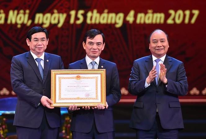Thay mặt lãnh đạo Đảng, Nhà nước, Thủ tướng trao tặng BIDV Huân chương Lao Động hạng nhất.