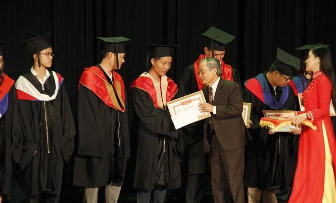 Anh hùng lao động, Nhà giáo Ưu tú Lê Công Cơ, Hiệu trưởng Trường ĐH Duy Tân trao bằng tốt nghiệp cho các sinh viên thủ khoa. Ảnh: Thanh Trần.