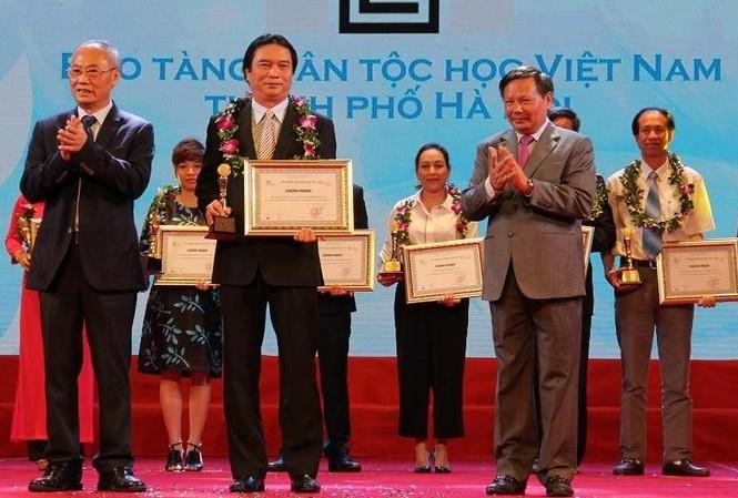 Lãnh đạo Bảo tàng Dân tộc học Việt Nam đón nhận danh hiệu Điểm tham quan du lịch hàng đầu Việt Nam năm 2017
