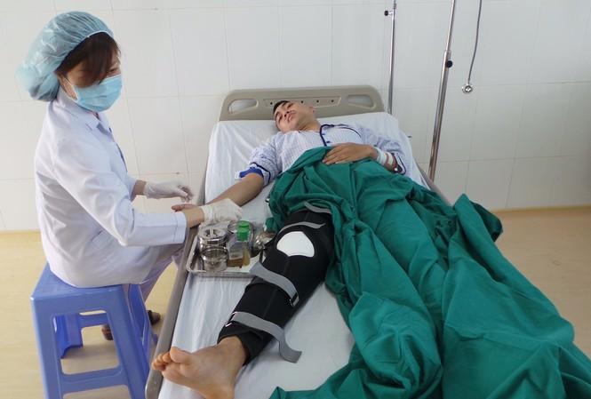 Các y-bác sĩ bệnh viện Q. Thủ Đức chăm sóc cho bệnh nhân.