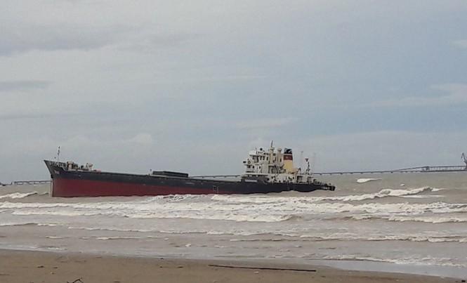 Bão số 2 đánh dạt một chiếc tàu vào bờ biển cửa lò