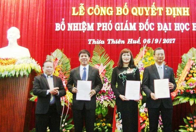 Thứ trưởng Bùi Văn Ga trao quyết định cho các Phó Giám đốc Đại học Huế vừa được bổ nhiệm.