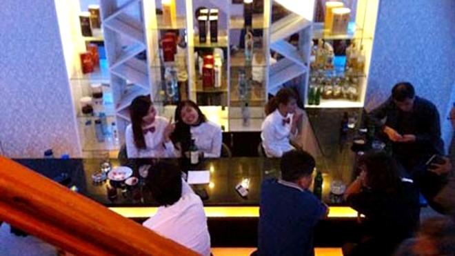 Nhân viên trong một bar dành cho các quý ông Hàn cùng khách