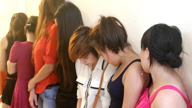 Thành phố Hà Nội cho hay, việc xử phạt hành chính không có tác dụng răn đe, hầu hết người bán dâm vẫn tái phạm. Ảnh: Việt Dũng