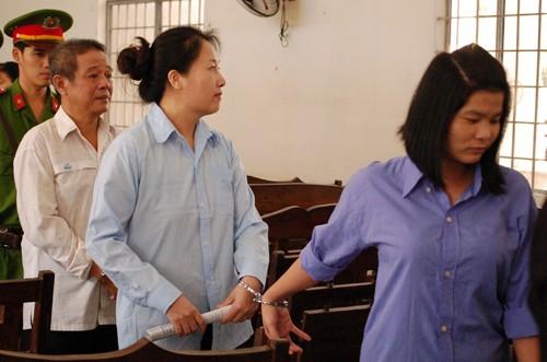 Ba bị cáo được dẫn giải sau phiên tòa. Ảnh: Mai Linh
